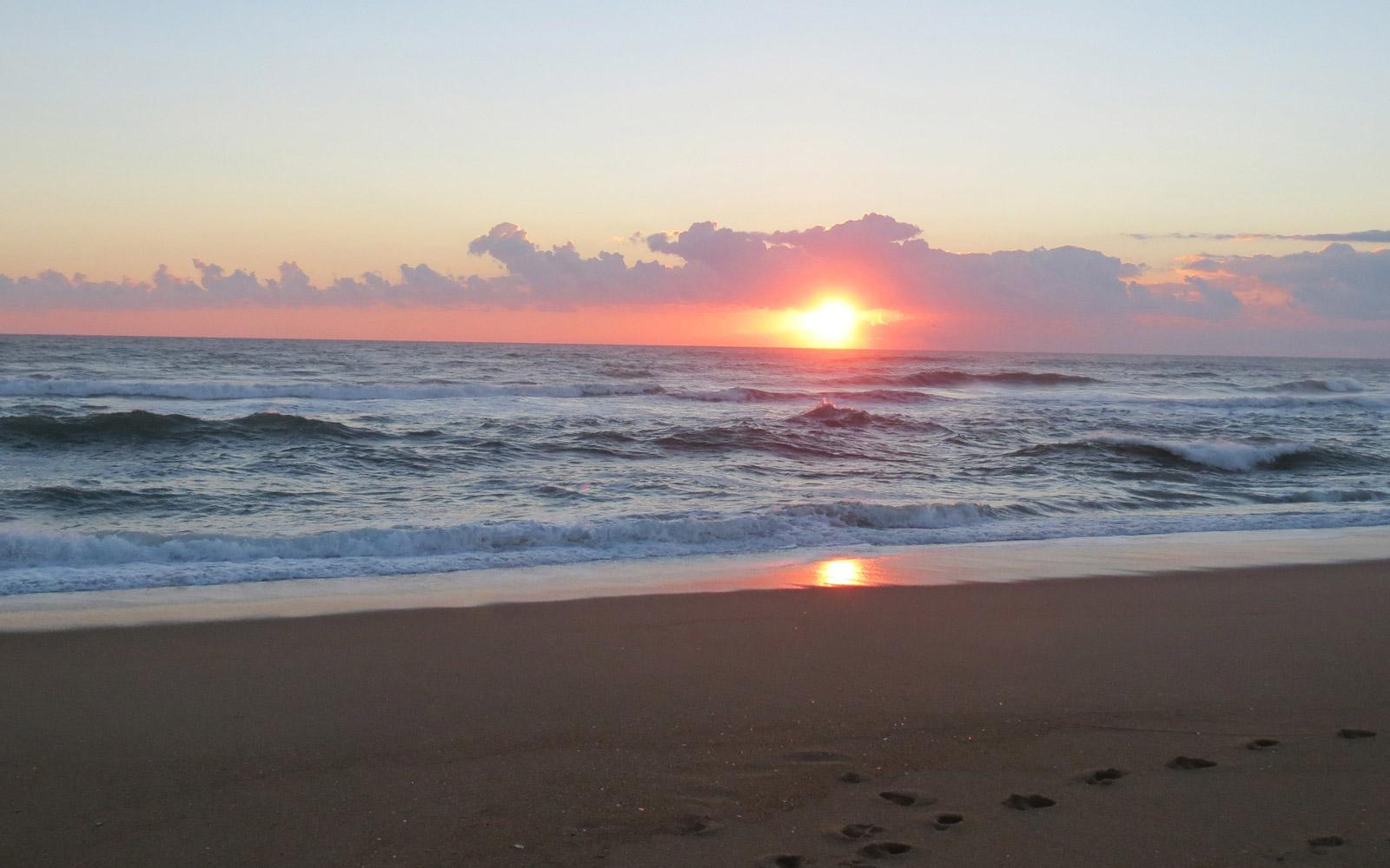 early-sunrise-at-outer-banks-north-carolina-usa-beaches-16001000_image